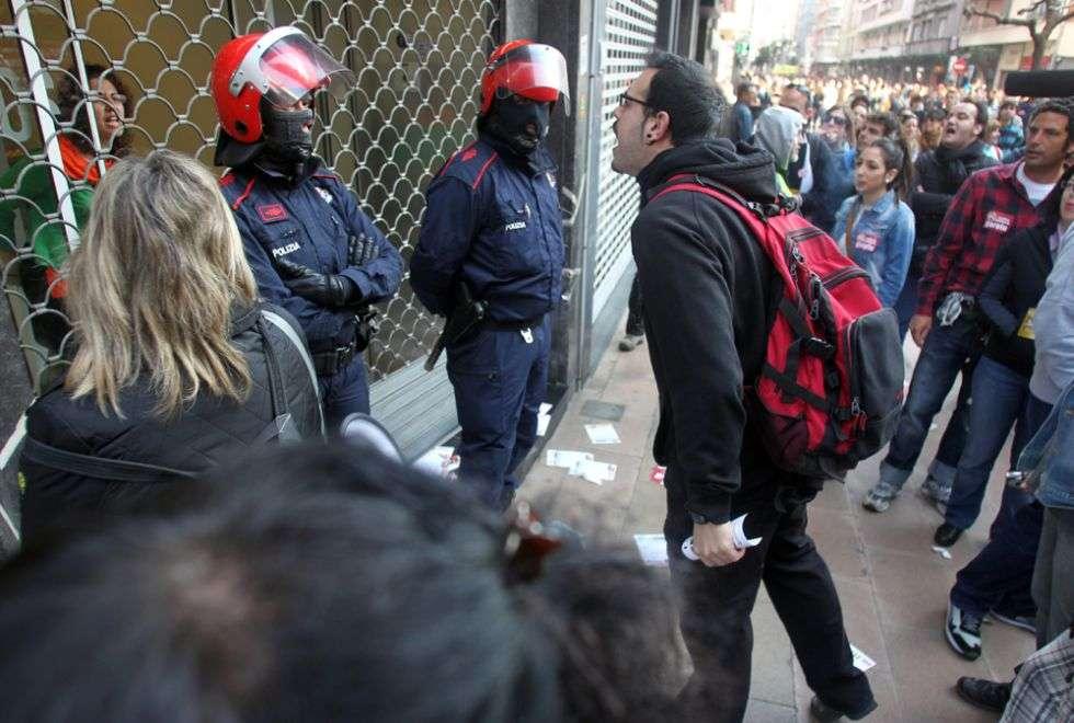 Un piquete increpa a un mujer en el interior de una tienda en Bilbao.