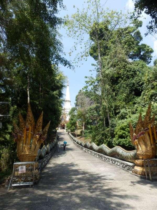der Weg zum Wat Bang Riang bewacht von 2 Drachen