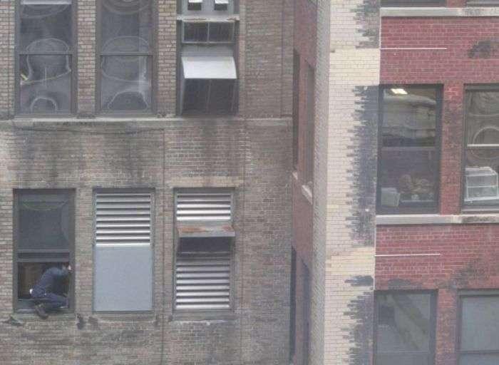 windowcleaner05 - #Video Un limpiador de ventanas valiente en Manhattan. ¿O un loco temerario?